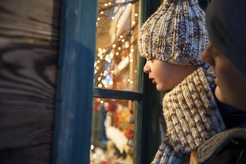 Le bancarelle tradizionali del Mercatino di natale di Brunico, con le loro attrazioni natalizie e le palline scintillanti, sono un'esperienza indimenticabile per ogni bambino.