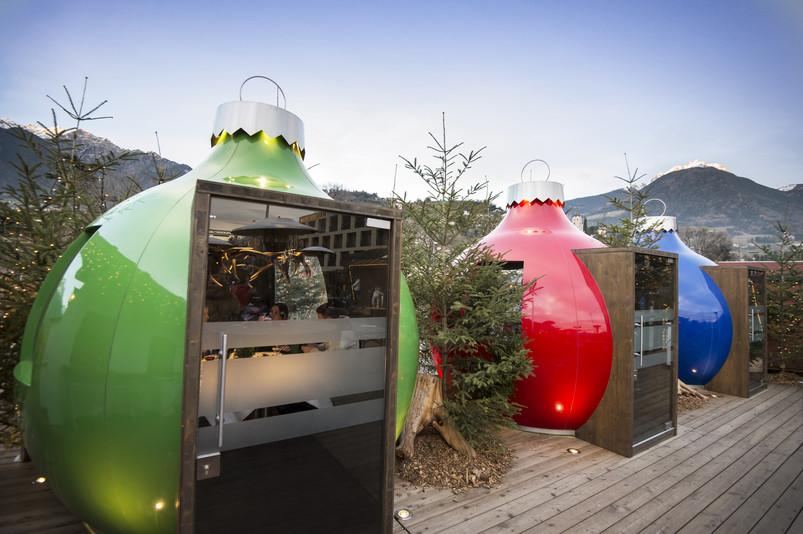 Ognuna delle affascinanti sfere dei mercatini di Natale di Merano ospita un piccolo ed esclusivo ristorante.