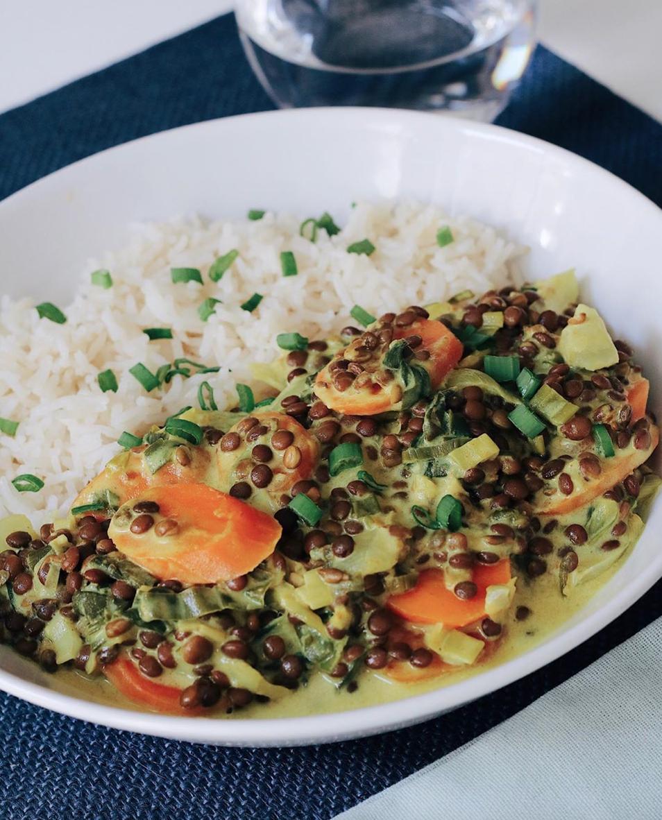 Zuppa vegana con latte di cocco e curry